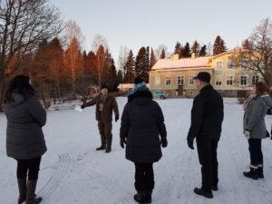 Mikko Kataja esittelemässä Lyttylän Kartanon tiloja